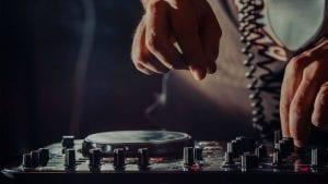 dj-using-mixer